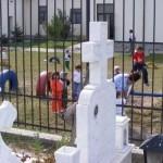 La Goranu, elevii, la joaca pe langa cruci si morminte