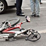 Biciclist lovit de usa unui autobuz