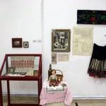 Expozitie cu obiecte realizate de batranii din azile