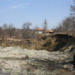 Două case, în pericol de inundare pe malul Cernei